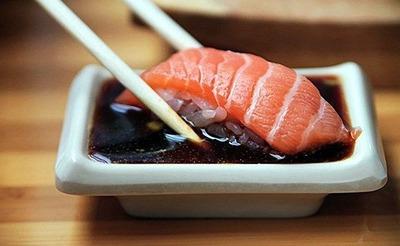 彼氏「醤油付けすぎ 素材の味が分からなくなる」 私「シャリに醤油付けてる人に言われたくないよ しかも旅行先の100円寿司で」