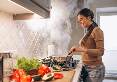 """女「わたし料理上手でしょ?」 わい「・・・(いや美味いけど我々男が求める""""料理上手""""ってのは二週間に一回本気出して6時間かけて作る飯じゃない)」"""