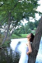 湖にたたずむ女性