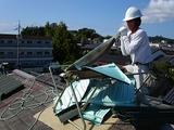 ギロチンでコロナを切断している松尾建築さん