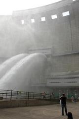 温井ダムの放流