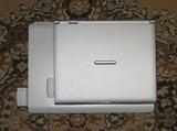 通常サイズのノートPC(下)とモバイルノートPC(上)