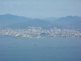 頂上から広島市方面を望む