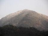 雪で白くなった山