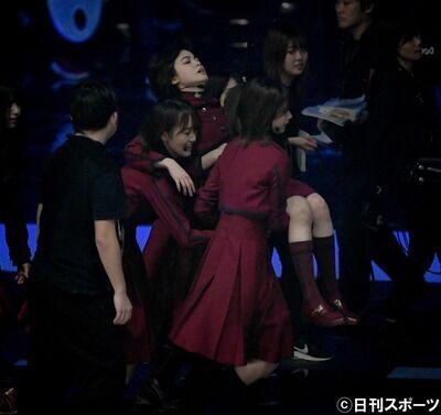 【欅坂46】平手友梨奈、全力パフォで力尽きる。メンバーに支えられ舞台裏へ。【第70回NHK紅白歌合戦 不協和音】