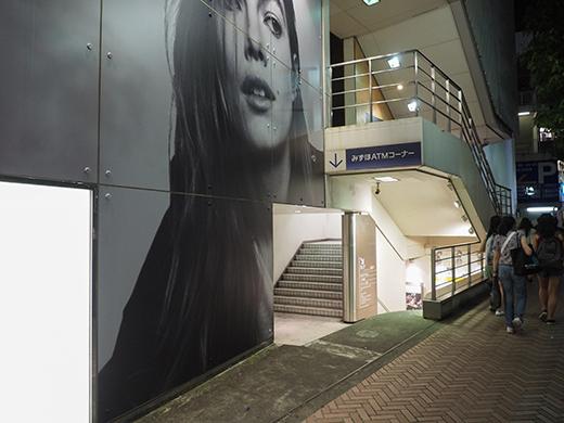 閉店前の渋谷パルコ地下への階段とポスター1
