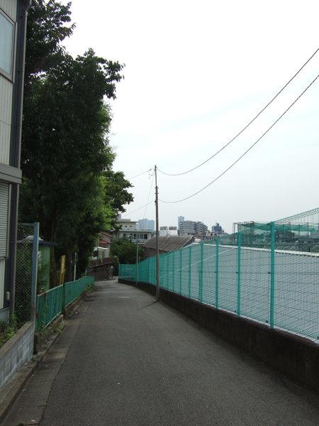 馬込車両検修場のわきを通る坂道2