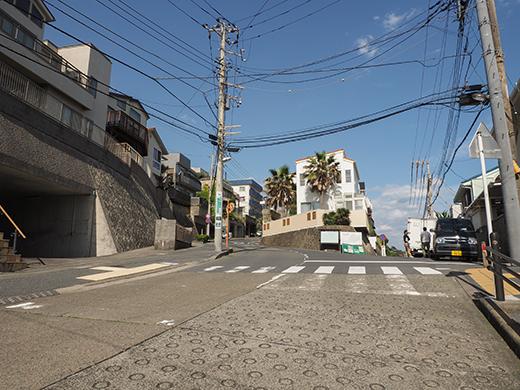 七里ヶ浜シーサイド通りの坂道と海3