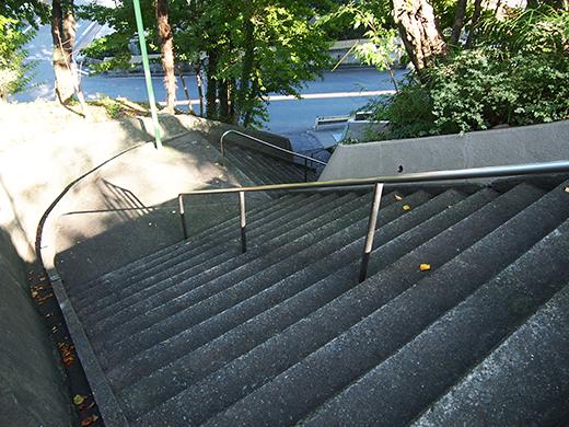 瀬田隧道の真上を通っている階段5