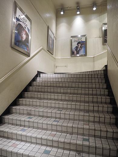 閉店前の渋谷パルコ地下への階段とポスター8