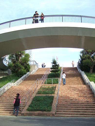 お台場の海にむかう広場と階段2
