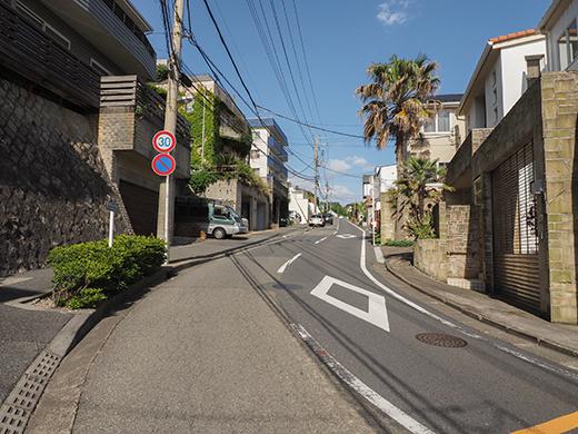 七里ヶ浜シーサイド通りの坂道と海4