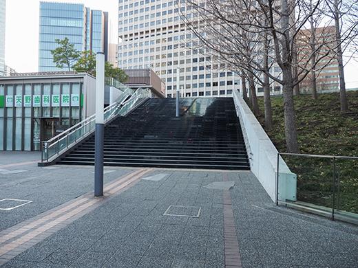 霞が関コモンゲートの大階段と外堀1