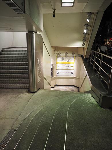 閉店前の渋谷パルコ地下への階段とポスター2