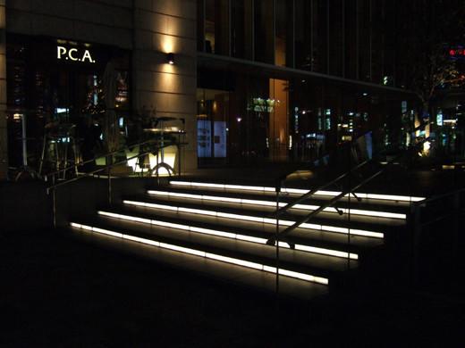 赤坂サカスの階段ライトアップ1