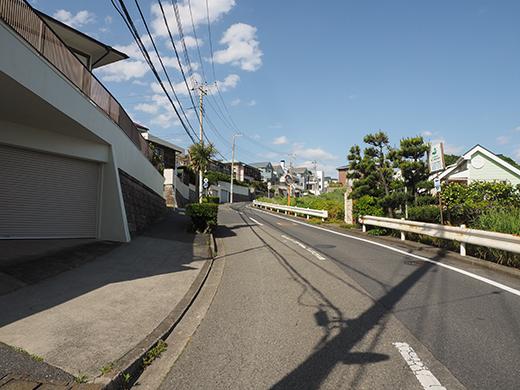 七里ヶ浜シーサイド通りの坂道と海8