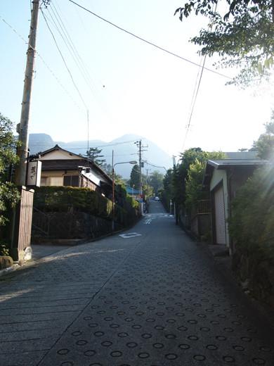 坂道を箱根登山ケーブルカーとともに8