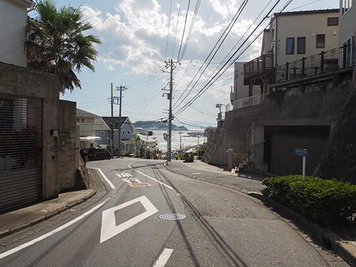 七里ヶ浜シーサイド通りの坂道と海5