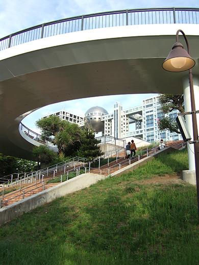 お台場の海にむかう広場と階段1