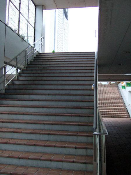 新宿の人工地盤と階段3