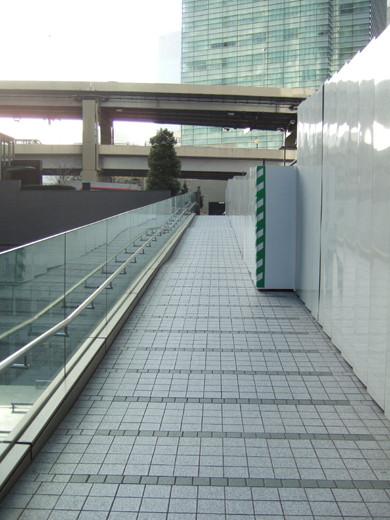 泉ガーデンタワーの庭の空中坂道3