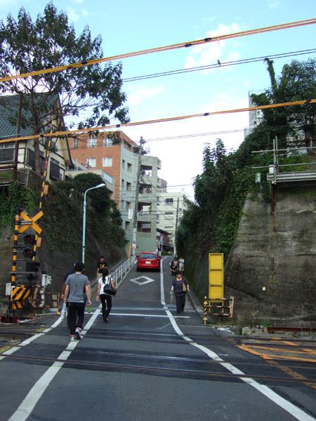 とある街の風景(線路をわたる坂道)2