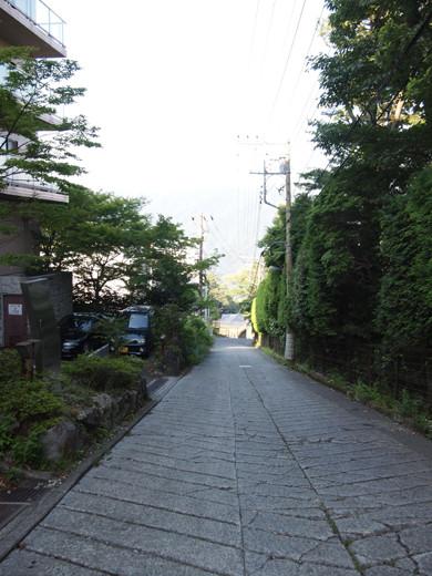 坂道を箱根登山ケーブルカーとともに3