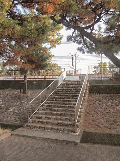 芦屋浜埋め立て地の階段と谷崎記念館4