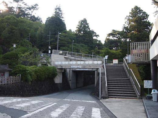 坂道を箱根登山ケーブルカーとともに7