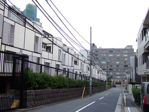 大使館の宿舎を眺めながら2