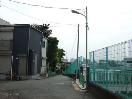 馬込車両検修場のわきを通る坂道3