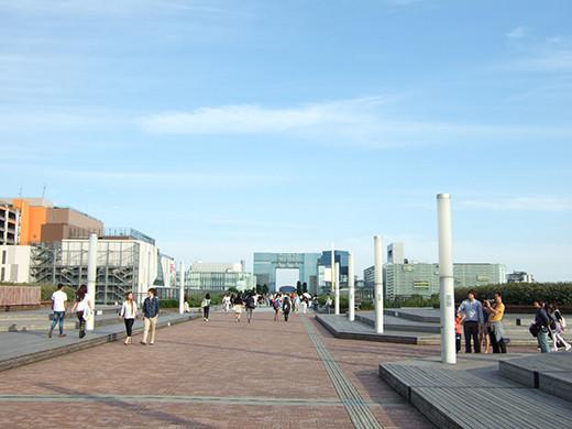 お台場の海にむかう広場と階段5