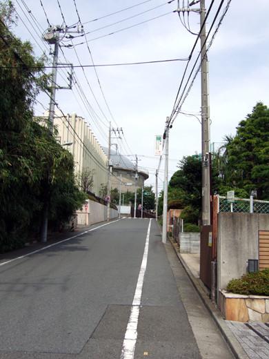 大田区仲池上1丁目のテニス場の横を通る眺望坂2