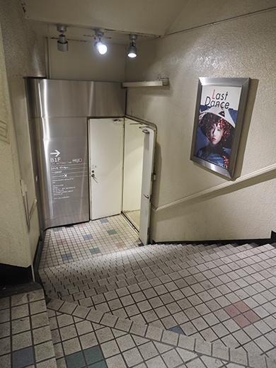 閉店前の渋谷パルコ地下への階段とポスター5