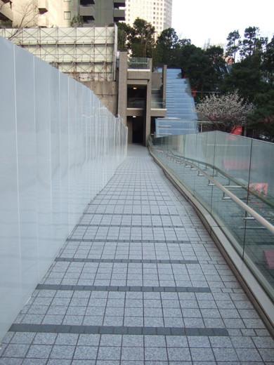 泉ガーデンタワーの庭の空中坂道2