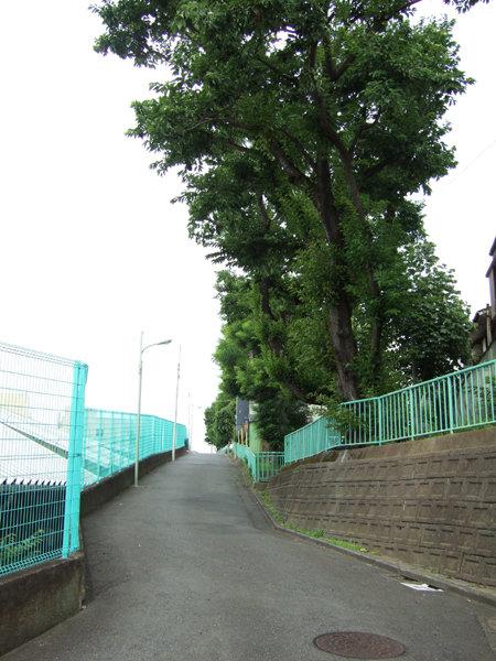 馬込車両検修場のわきを通る坂道1