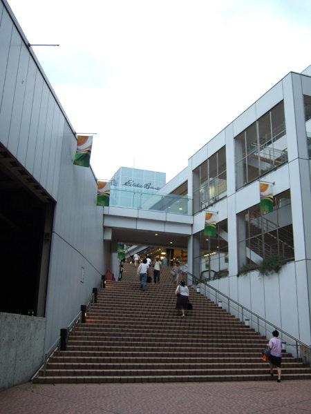 新宿の人工地盤と階段2