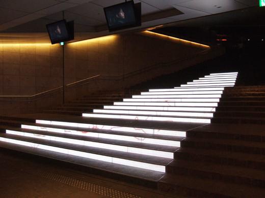 赤坂サカスの電飾階段1