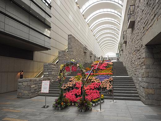 東京オペラシティ大階段のフラワーアート1