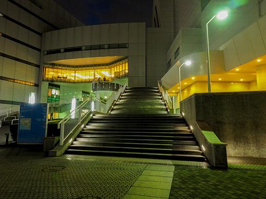 横浜のぷかりさん橋が見える階段2