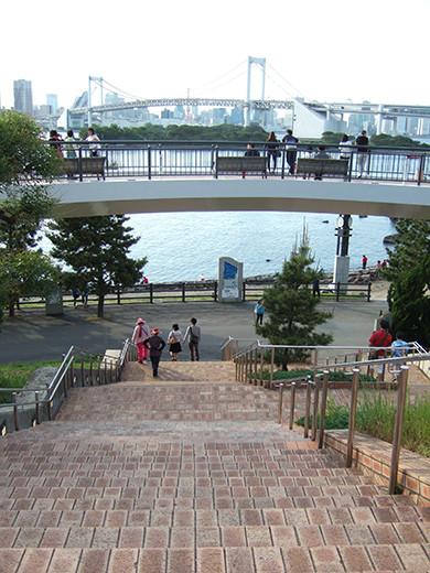 お台場の海にむかう広場と階段4
