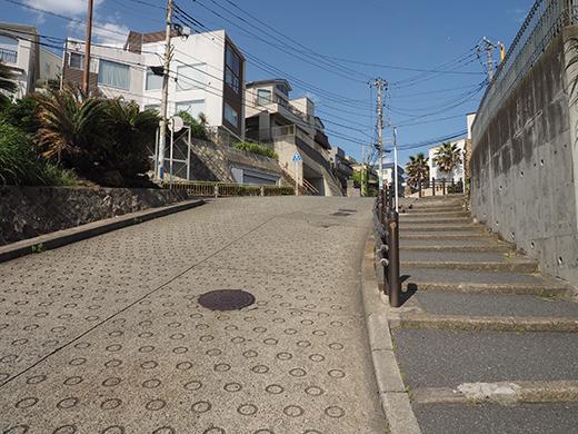 七里ヶ浜シーサイド通りの坂道と海2