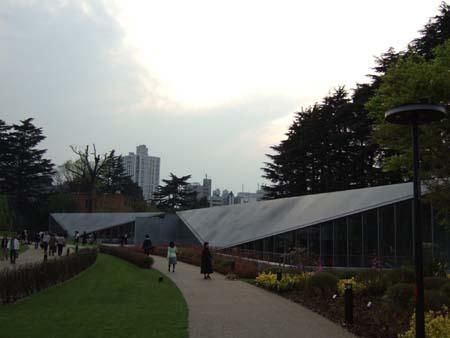 ミッドタウンの三角な建物