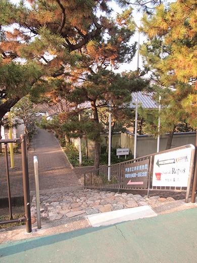 芦屋浜埋め立て地の階段と谷崎記念館1