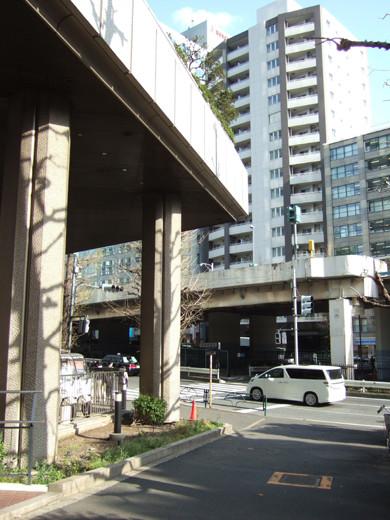 渋谷クロスタワーの階段と坂3