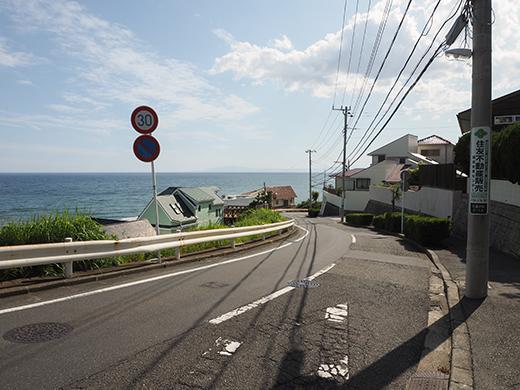 七里ヶ浜シーサイド通りの坂道と海9