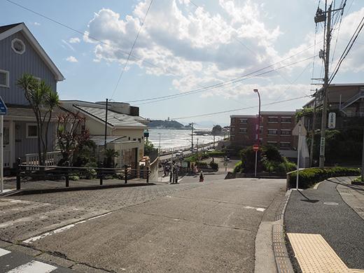 七里ヶ浜シーサイド通りの坂道と海1