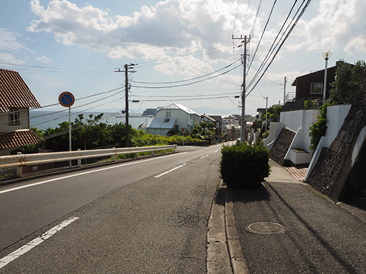 七里ヶ浜シーサイド通りの坂道と海7