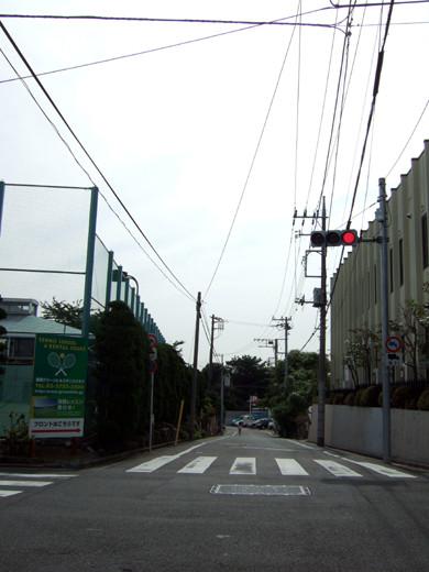 大田区仲池上1丁目のテニス場の横を通る眺望坂3