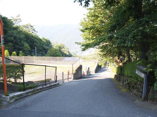 坂道を箱根登山ケーブルカーとともに5